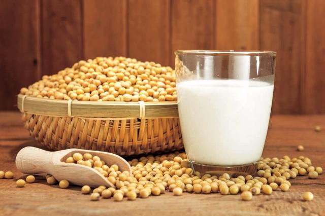 最好選擇非基改、天然黃豆製成的豆漿。(Fotolia)