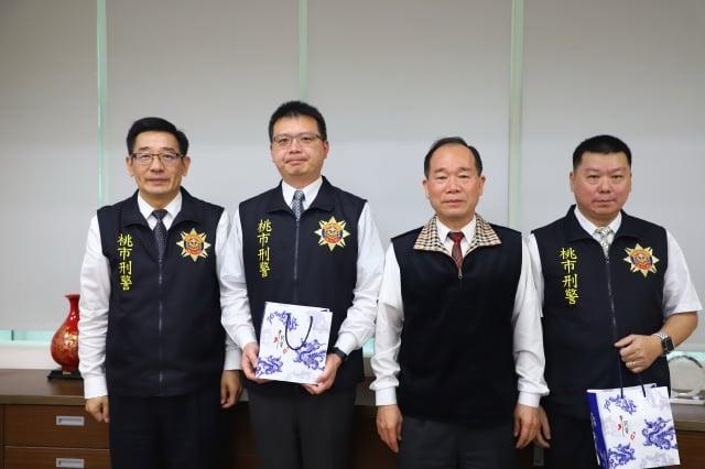 桃園警察局長陳國進(右2)對於表現優異的單位,立即頒發獎金,激勵團隊士氣。(桃園警察局提供)