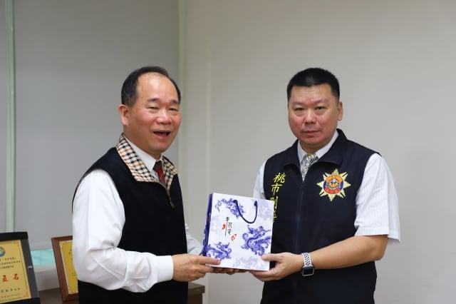 桃園警察局長陳國進(左)對於表現優異的單位,立即頒發獎金,激勵團隊士氣。