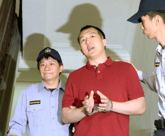 最高法院14日依《國安法》,判周泓旭(中)1年2月徒刑定讞。(中央社資料照)