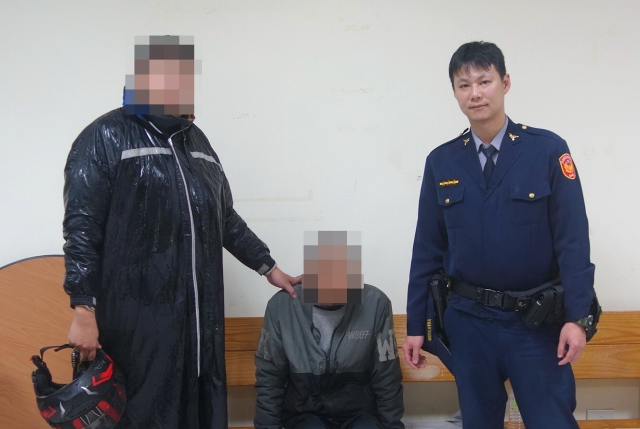 員警伸出援手,讓崔老先生家人接他平安返家。(中壢警分局提供)