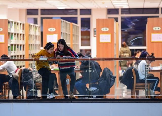 美媒報導指出,美國參議員準備提出一份議案,限制中國大陸留學生參與美國高等教育中的「敏感」研究領域。圖為示意照。(AFP)