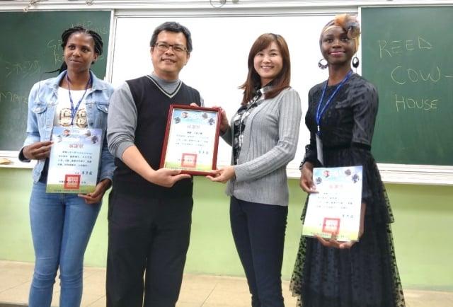 草漯國小校長李彥霖(左2)送三位外籍生感謝狀。