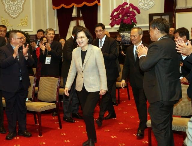 總統蔡英文(前中)接見2019年亞洲華人團體會議與會僑領及代表。(中央社)