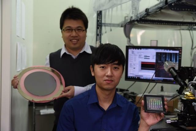 中山大學光電系學生湯承哲(右)畢業前就獲台積電「預訂」。左為副教授洪勇智。(中山大學提供)