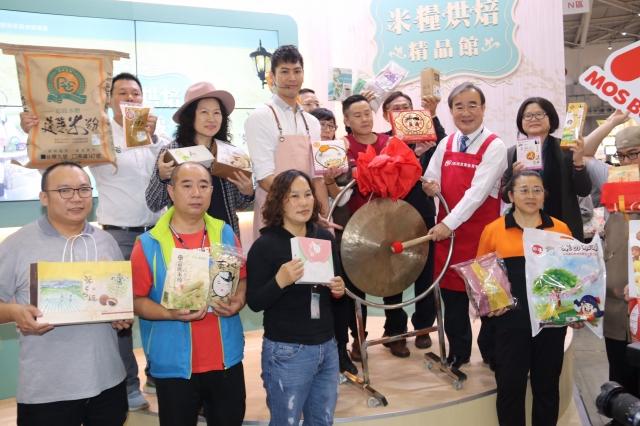 農委會農糧署長胡忠一領軍14家參展廠商代表敲鑼象徵展館開賣。(農糧署提供)