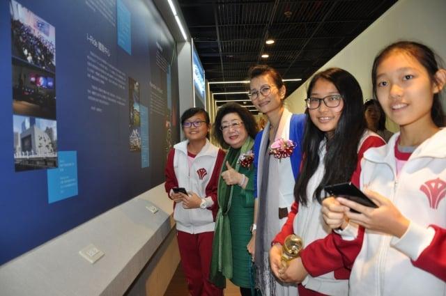教育部政務次長范巽綠(左2)、高市教育局副局長陳佩汝(左3)與學生,一同參觀社教館體感教育學習中心。