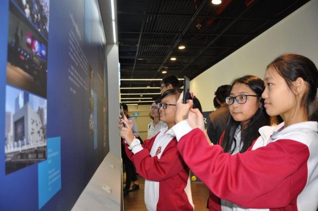 學生用手對準AR掃描碼。