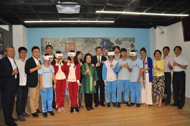 高雄市社教館體感教育學習中心15日揭牌啟用,與會來賓與學生合影。