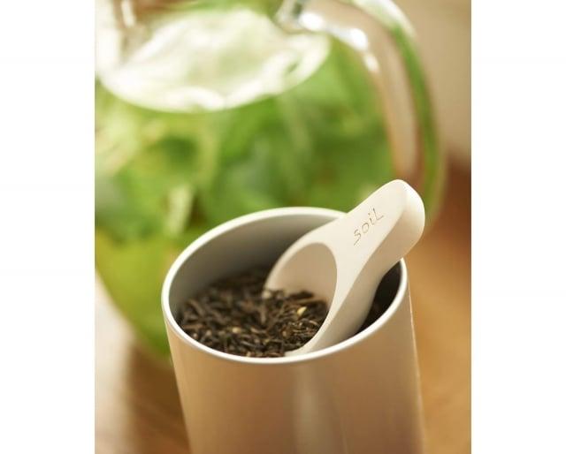 珪藻土湯匙利用珪藻土天然的特性進行溼度的調節,不用擔心廚房的調味品、咖啡食材受潮。(業者提供)