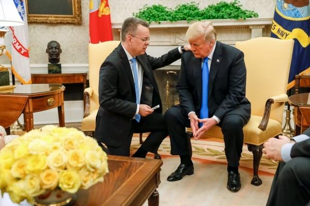 2018年10月13日,被土耳其拘禁2年後獲釋的美國牧師布朗森(左)與川普(右)會晤。(Getty Images)