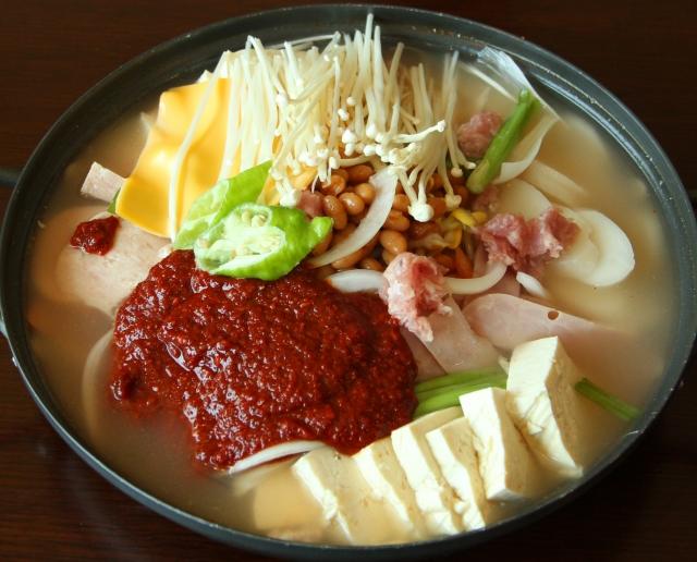 隨著韓劇風行,韓式火鍋成為民眾吃火鍋的選擇之一。(大紀元資料室)
