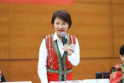 台中市行動市政會議19日開到大甲區公所,市長盧秀燕著原民傳統服飾開會。