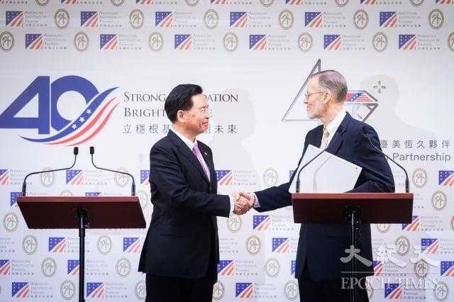 外交部長吳釗燮(左)與美國在台協會(AIT)處長酈英傑(William Brent Christensen)(右)19日在外交部宣布攜手成立「印太民主治理諮商機制」,作為雙方定期交流平台。(記者陳柏州/攝影)