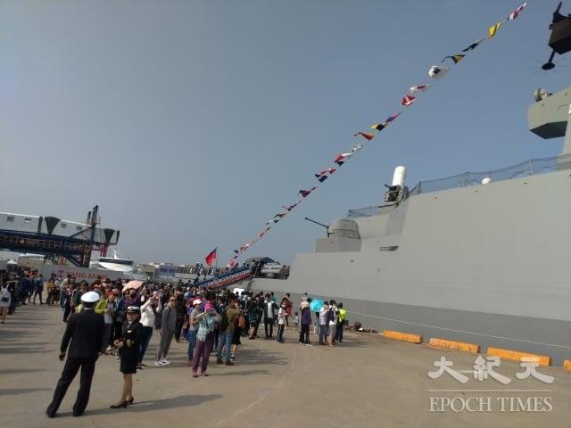 法國製造的拉法葉艦(武昌艦)吸睛度百分百,吸引民眾大排長龍登艦參觀。(記者賴瑞/攝影)
