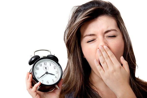 許多人以為假日睡到自然醒能彌補失去的睡眠,但是研究顯示,這個方法不僅沒用,還適得其反。(Fotolia)