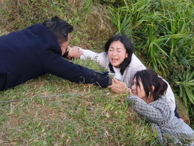 江俊翰救援江祖平跟陳妍安全身只能靠手撐在懸崖邊