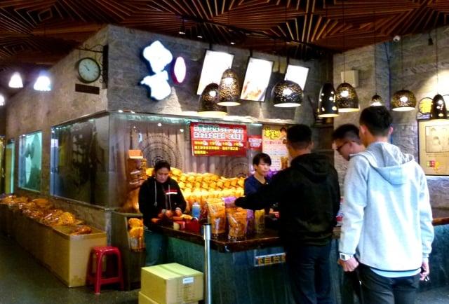 傳統地瓜酥也受現代年輕人喜愛。(記者龍芳/攝影)
