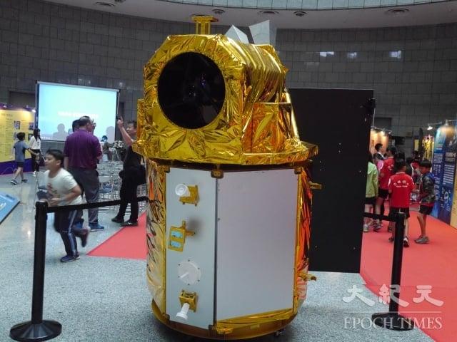 福爾摩沙衞星五號1:1模型在現場展出。