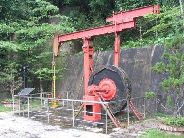 出磺坑露天陳列館。出磺坑至今仍由台灣中油公司維持部份生產運作。(苗栗縣文化觀光局提供)