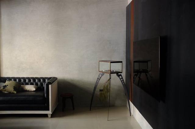 自製樂土灰泥牆搭配鐵板、皮革、實木。 (FAVEN品牌銀飾提供)