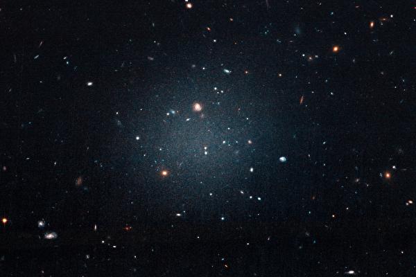 「超稀疏」星系NGC 1052-DF2 幾乎不包含暗物質。(Credit: NASA/ESA/P. van Dokkum)