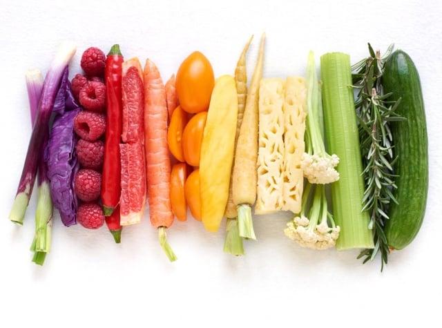 養成「3蔬2果」的健康飲食型態;蔬菜含有豐富的維生素、礦物質及膳食纖維,可促進腸胃蠕動、降低血膽固醇。(123RF)