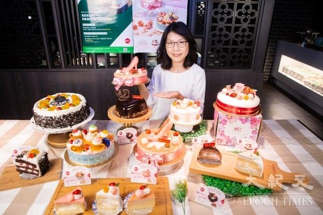 每年母親節檔期是烘焙業者兵家必爭之地,85度C推出高跟鞋等6款造型蛋糕,目標銷售超過21萬顆蛋糕、檔期營收較去年增加3至5%。(記者陳柏州/攝影)