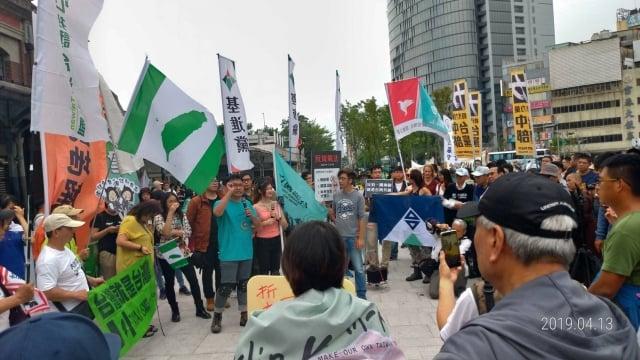 民團號召民眾參與「四一三抗中護台」反統遊行,廣場上響起「島嶼天光」的歌聲。