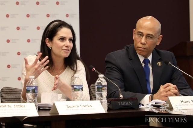 網路安全政策專家薩克斯(Samm Sacks,左)在技術政策研究所(Technology Policy Institute, TPI)的研討會上發言。(記者林樂予/攝影)