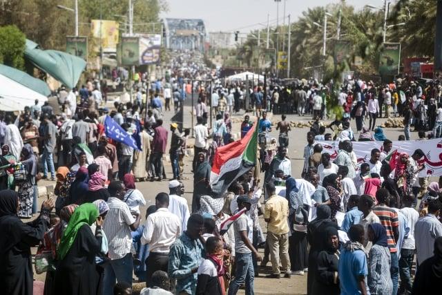 蘇丹民眾持續在街頭抗議,要求軍方將權力交給民事政府。(AFP)
