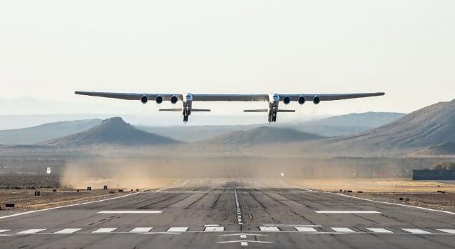 世界上最大的、獨一無二的飛機Stratolaunch在美國加州莫哈韋(Mojave)沙漠上完成首次試飛。(Handout / Stratolaunch Systems Corp / AFP)