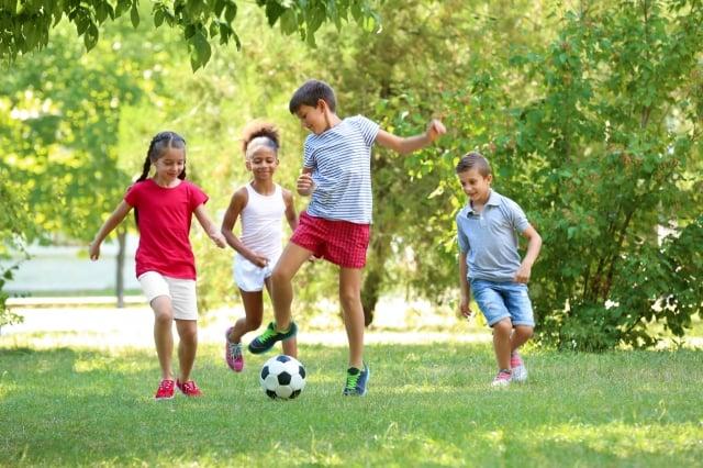 人的生長加速期有兩個高峰,一是新生兒出生的時候,一是青春期,增高的極限也因人而異。(Fotolia)