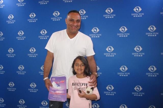 加拿大出生的印度裔喜劇明星Russell Peters帶著女兒一同來欣賞神韻。(記者劉菲/攝影)