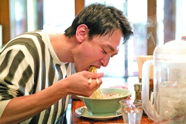現場演示利用各種添加劑,合成(不含一滴豚骨湯)的豚骨湯調料的活動,他希望用現場的實驗告訴人們,自己吃下的是什麼。(Fotolia)