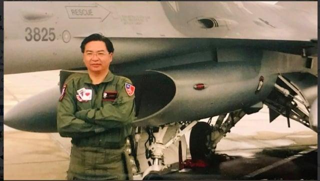 為感謝美軍售,並表達力挺國軍,外交部長吳釗燮18日在推特上公布一張自己身著飛行裝與F16的合照。(外交部推特截圖)