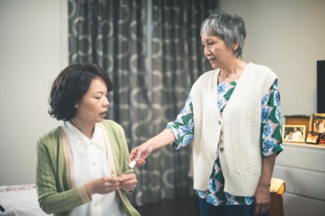 《老鼠捧茶請人客》中陸弈靜跟(左)黃舒湄因戲培養出好感情(民視提供)