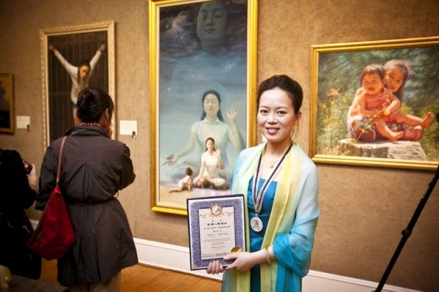 陳肖平以畫作《眼裡的媽媽》(又名:純淨入仙境)獲得新唐人電視台第三屆「全世界華人人物寫實油畫大賽」金獎。(王貫明/大紀元)