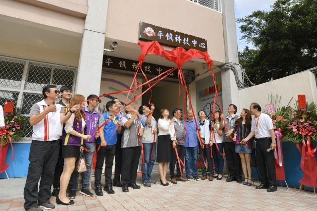 桃園市長鄭文燦(中)與來賓一同為中心揭牌。