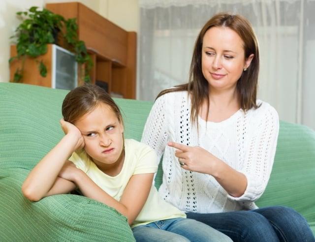 父母有時急著教導,而忽略了靜下心來了解孩子背後的原因與動機,示範了低EQ的行為,進而被孩子模仿。(Fotolia)
