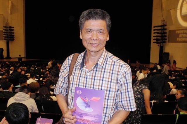 陶藝師蔡正勝觀賞神韻世界藝術團在台南文化中心的演出。(記者龍芳/攝影)