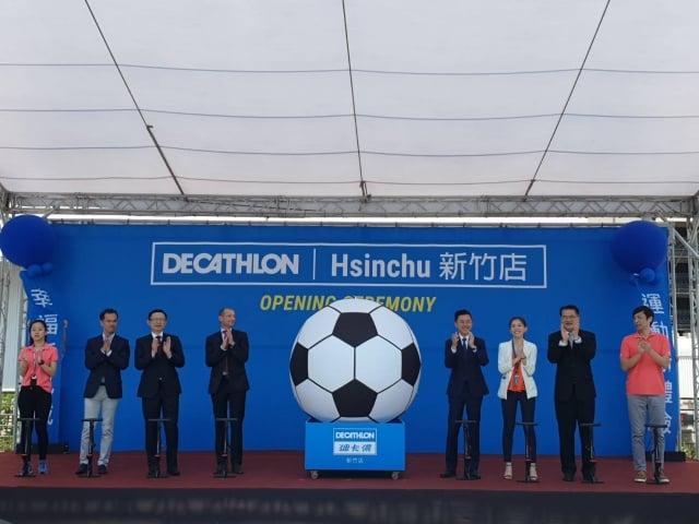 迪卡儂在新竹開幕以足球表徵團體運動(記者林寶雲/攝影)