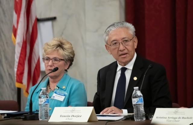 2019年4月29日,美國國際宗教自由委員會(USCIRF)發布年度報告。委員會主席丹增多吉(Tenzin Dorjee,右)表示,如果在全世界找出一個國家作為「特別關注國」的縮影,那就是中國。(記者林樂予/攝影)