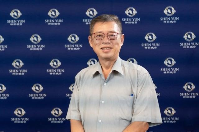 公司董事長廖昆隆觀賞神韻世界藝術團在台南文化中心的演出。(記者鄭順利/攝影)