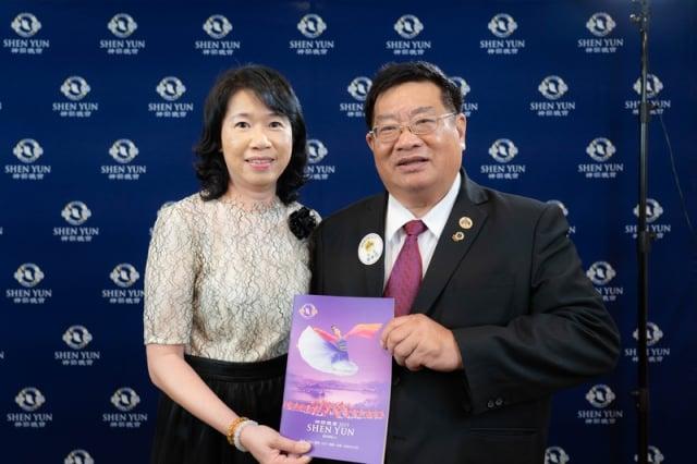 國際獅子會300-D1區總監鄭春源(右)和夫人觀賞神韻世界藝術團在台南文化中心的演出。(記者龍芳/攝影)