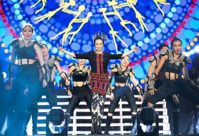 莫文蔚身穿黎族傳統服飾在海口演唱會載歌載舞(莫家寶貝工作室提供)