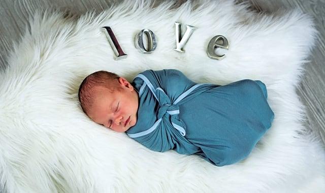 「襁」是指背負嬰兒用的寬帶子,「褓」是指包裹嬰兒的被子。用襁褓包覆嬰兒,是古老的育嬰方式。(Fotolia)