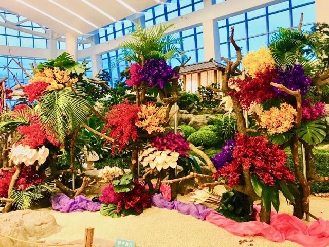 「溫馨花園 花花世界」運用當季花材、日式建築,所設計的花藝作品。(朱孝貞/攝影)