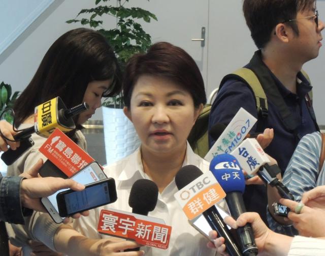 台中市長盧秀燕(中)7日上午主持市政會議前受訪表示,法律若訂得好,就不會讓中國整貨進口再轉口出去。(中央社)