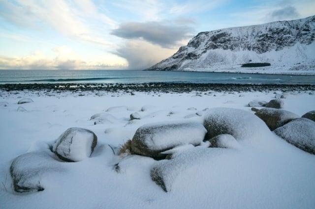 北極圈羅弗敦群島峽灣,冰雪覆蓋的Unstad海灘。(Getty Images)